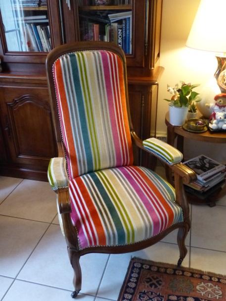 fauteuil voltaire après restauration tissu rayé casal arc en ciel multicolore